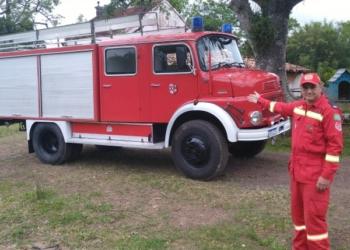 Rodrigo mostra, orgulho, o caminhão de bombeiros de 1973 Foto: Deivis Luz