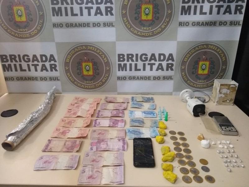 Droga, dinheiro e demais materiais apreendidos pelos policiais (Foto: Mário Monteiro/BM)