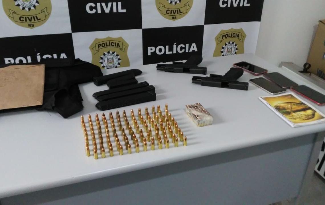 Pistolas, munições e colete balístico apreendidos (Foto: Polícia Civil)