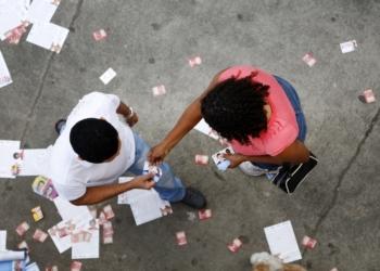 Entregar santinhos no dia da eleição é expressamente proibido pela Justiça Eleitoral. Foto: Divulgação