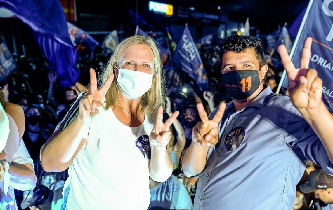 Carina e Adriano comemoram a vitória com seus eleitores (Foto: Felipe Silva)