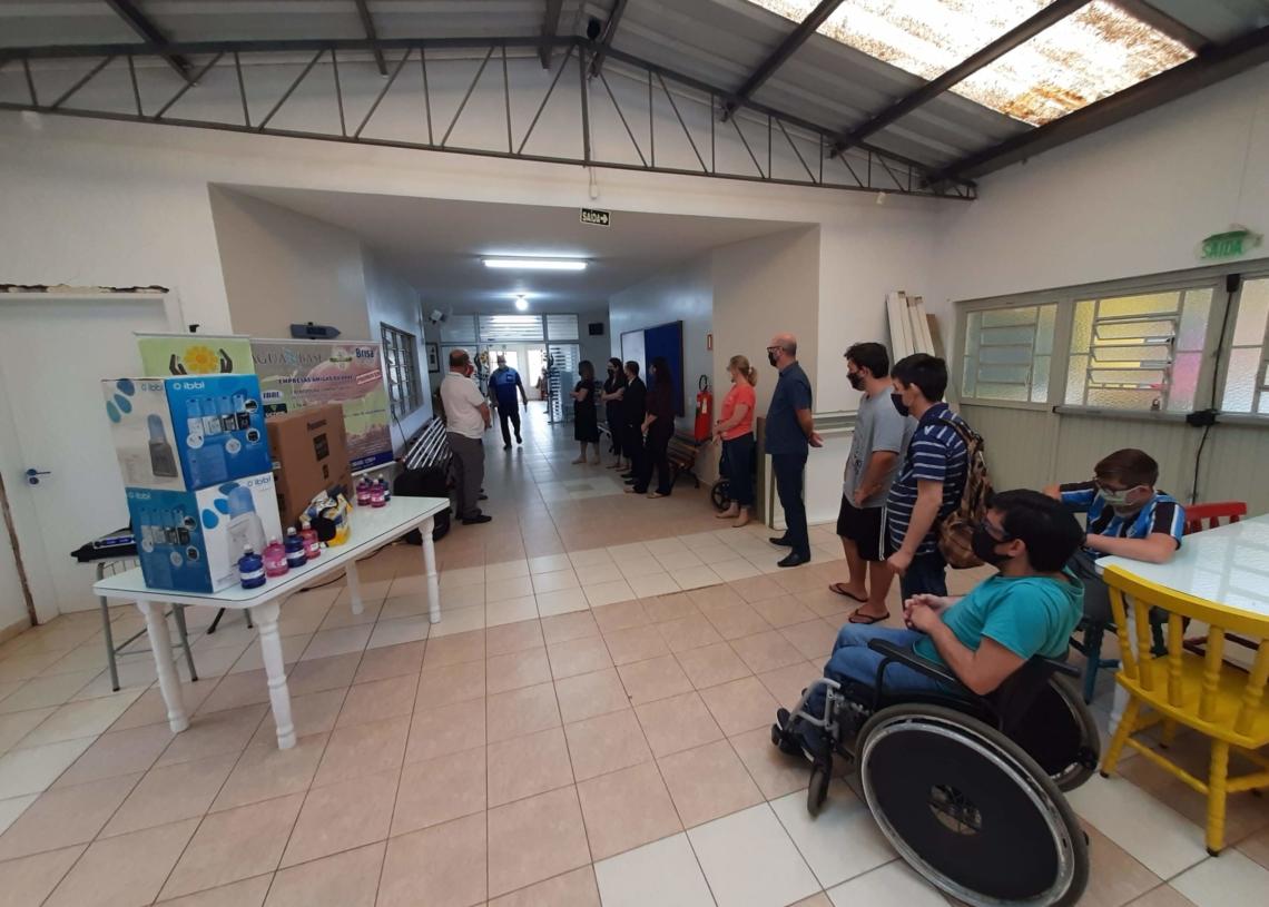 Premiação contou com participação do humorista Neni, representantes das empresas parceiras e alunos da APAE Foto: Henrique Ternus