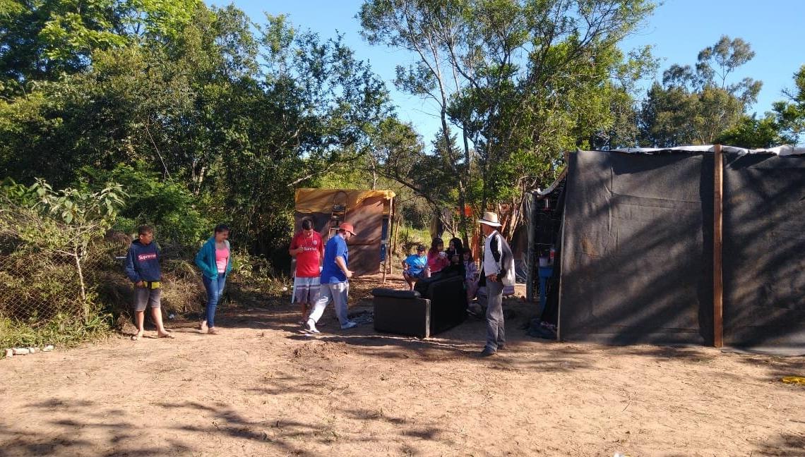 Alguns dos invasores que estão acampados na área pública da  Av. Carlos Gilberto Weiss, no bairro Oeste Foto: Deivis Luz