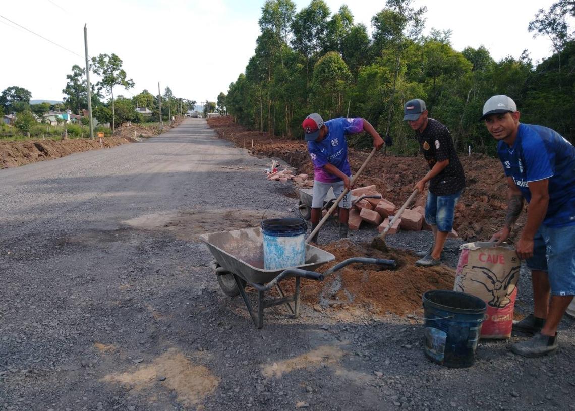 Operários trabalham na construção das caixas de passagem e bocas de lobo ao longo da Rua Dois de Dezembro, que deverá estar concluída no primeiro trimestre do ano que se inicia em breve | Foto: Deivis Luz