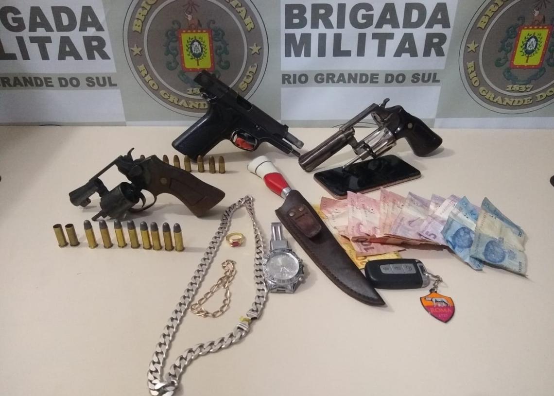 Armas e faca apreendidas pela polícia (Foto: Mario Monteiro/Bm)