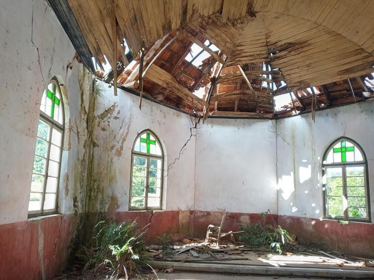 Forro está desabando e paredes apresentam profundas rachaduras Fotos: Melissa Costa