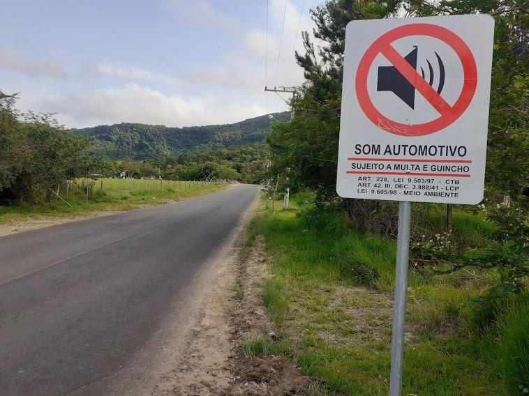 Placa que proíbe som automotivo é ignorada na Estrada do Carão  Foto: Melissa Costa