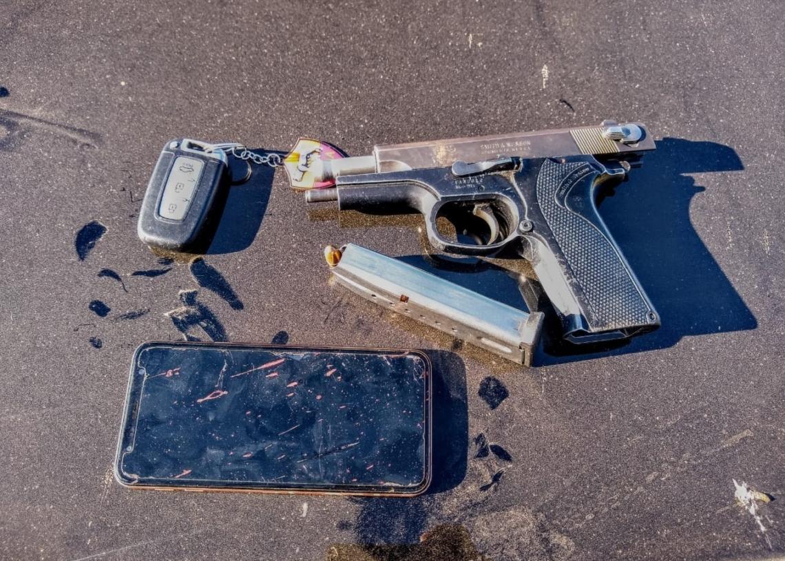 Uma das armas apreendidas pela polícia na caçada aos criminosos (Foto: Mario Monteiro/BM)