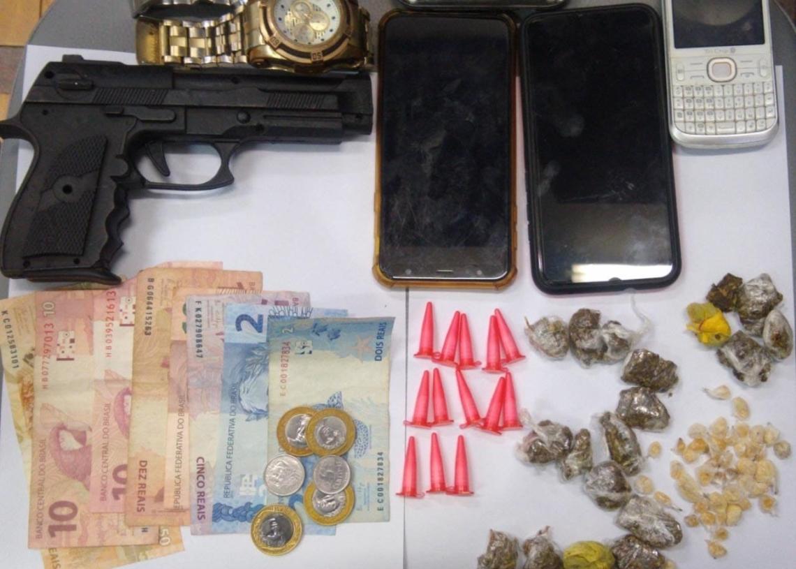 Drogas, dinheiro, celulares e simulacro de pistola apreendidos
