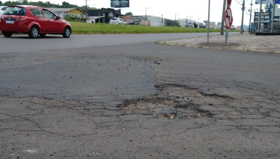 Na rua Tiradentes, próximo à ERS-239, existem trincas e buracos estão se formando  Foto: Deivis Luz