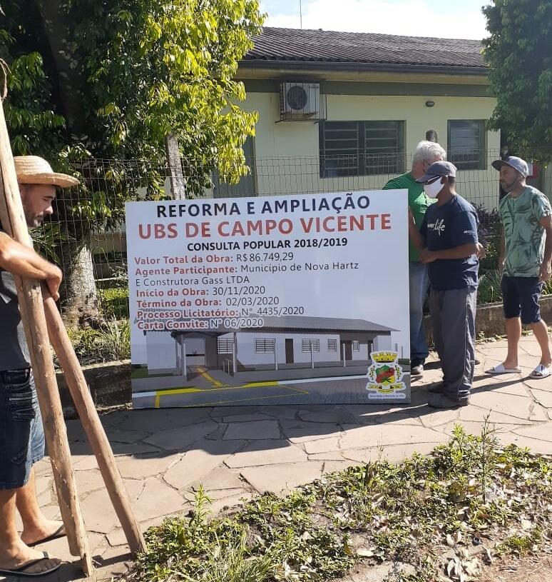 Servidores e operários atuam na colocação de placa, anunciando que as obras iniciarão em breve Foto: Prefeitura de Nova Hartz