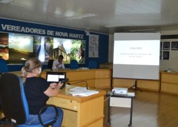 Vereador Evandro Cruz da Fonseca e a contadora Vania na audiência pública da LOA 2021 Foto: Câmara de Nova Hartz