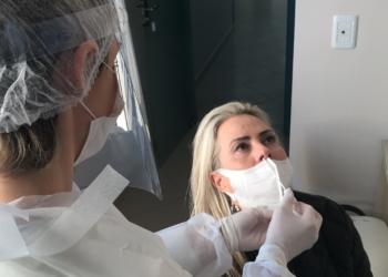 Teste RT-PCR, cuja amostra da secreção é retirada via swab, é o mais indicado para detectar contaminação Foto: Henrique Ternus