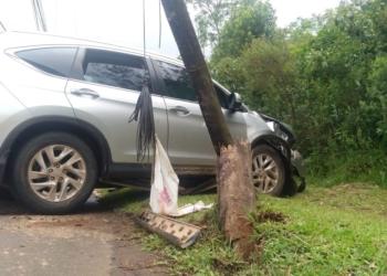 Na colisão, veículo atingiu um poste de madeira (Cred. Divulgação)