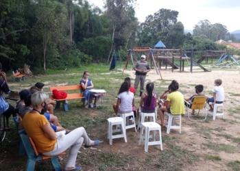 Sargento Ramos conversando com crianças e adolescentes do bairro  Foto: Brigada Militar