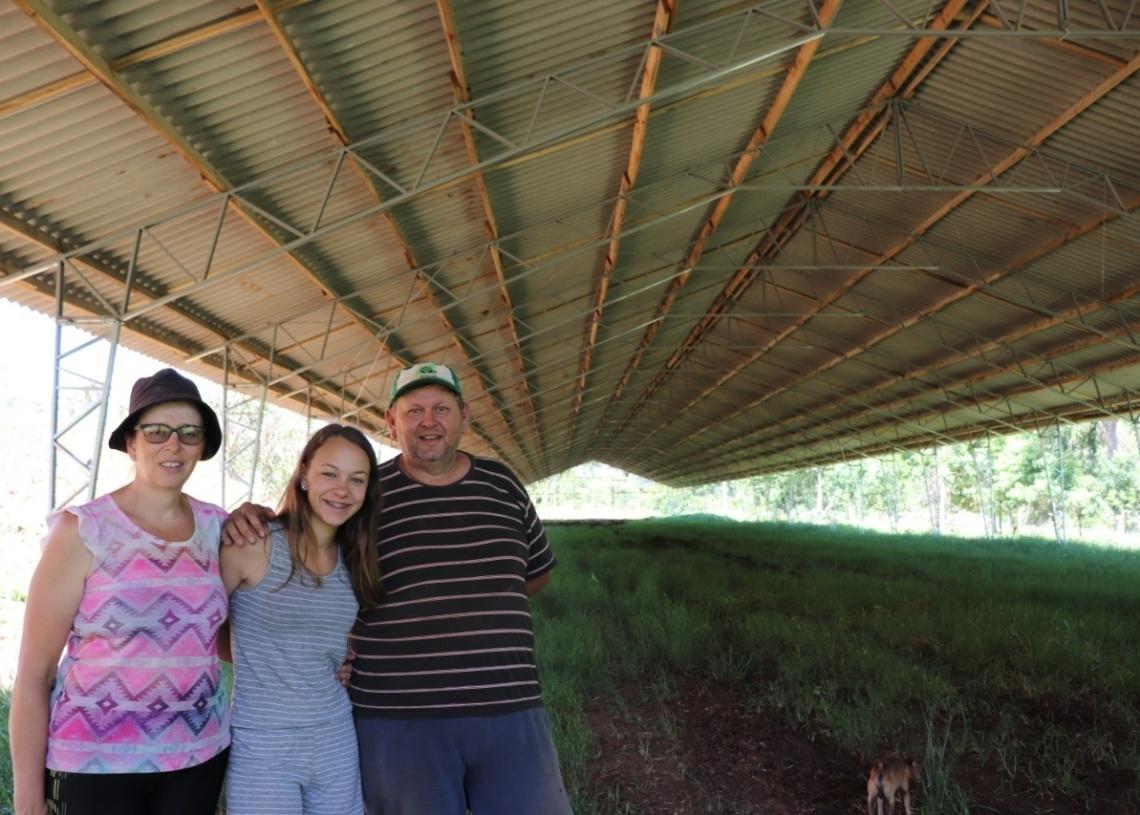 Evandro, esposa e uma das filhas junto da estrutura do primeiro aviário: sonho se realizando (Foto: Melissa Costa)