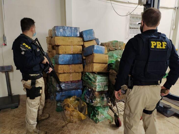 Droga aprendida soma mais de duas toneladas (Foto: PRF)