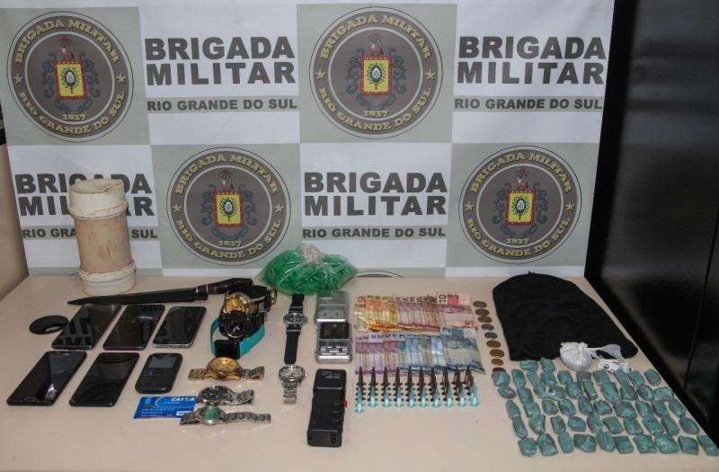 Droga, dinheiro, touca ninja e celulares apreendidos (Foto: Mário Monteiro/BM)