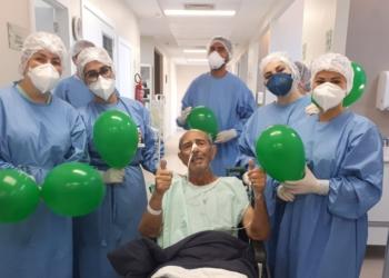 Sr. Celony, de 81 anos, e as profissionais de saúde comemorando a saída da UTI - Foto: Divulgação/Hospital Sapiranga