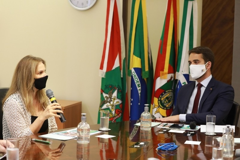 Governador Leite e a diretora-presidente do BRDE, Leany Lemos, durante o anúncio da linha de crédito, na sede do BRDE - Foto: Itamar Aguiar/Palácio Piratini