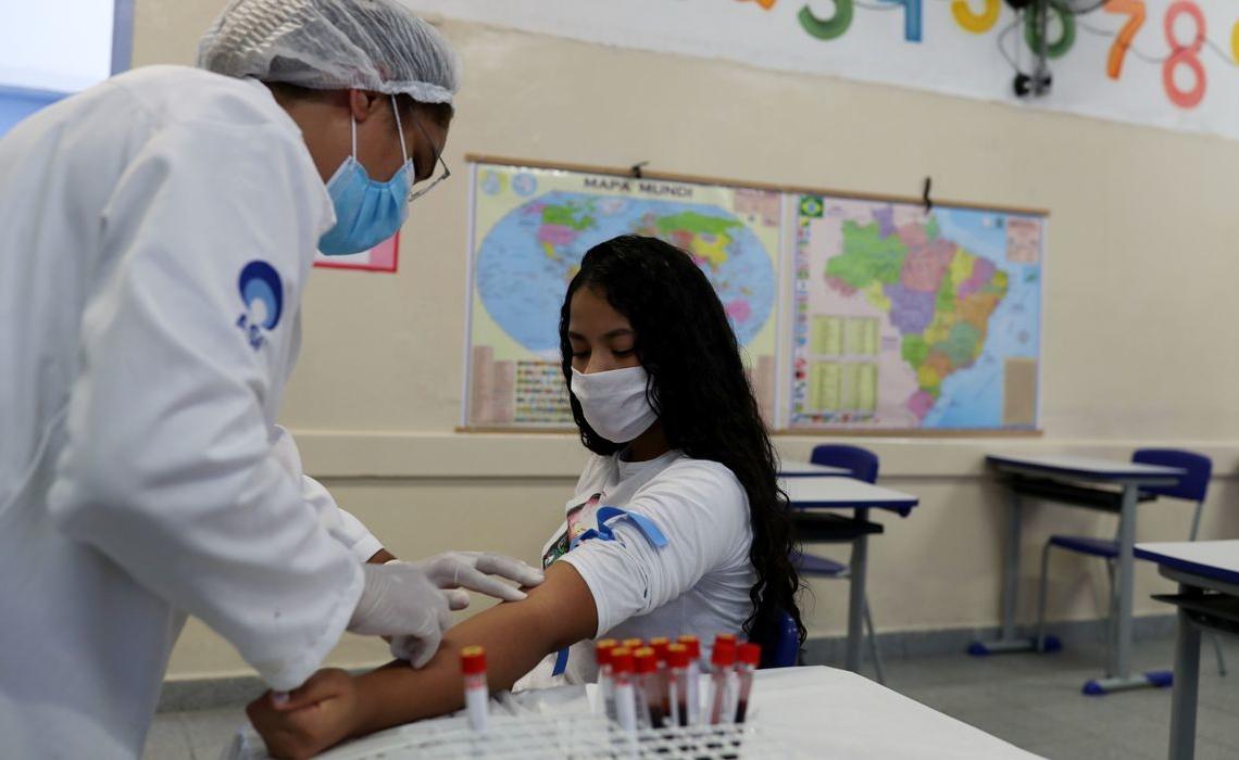 Profissional da saúde realiza coleta para teste de Covid-19 em escola de São Paulo (SP)  01/10/2020 REUTERS/Amanda Perobelli