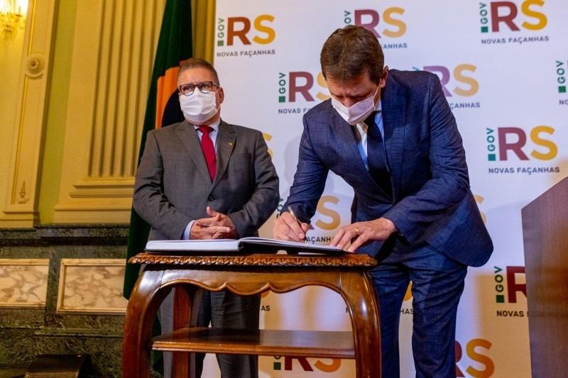 Deputado Ernani Polo (dir.), ficará como governador em exercício por dois dias - Foto: Gustavo Mansur/Palácio Piratini