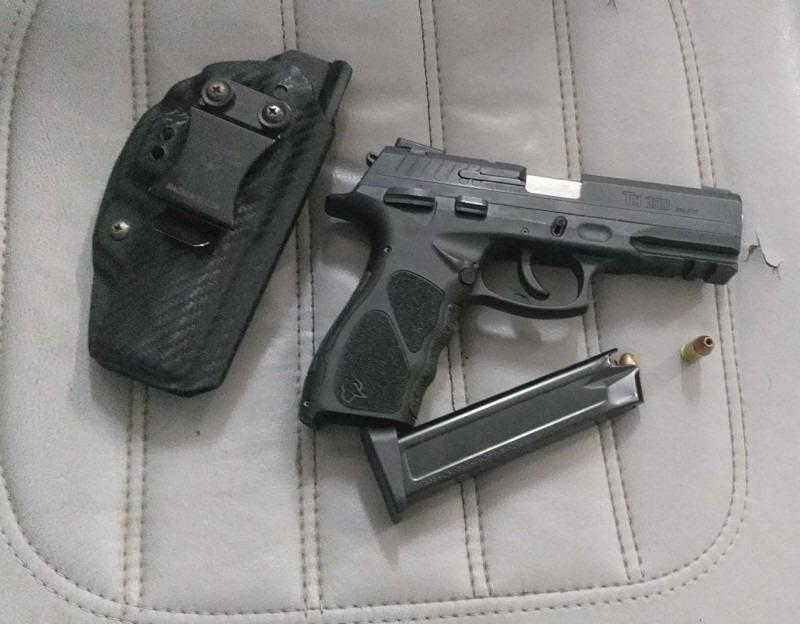 Arma apreendida durante revista no veículo (Foto: Brigada Militar)