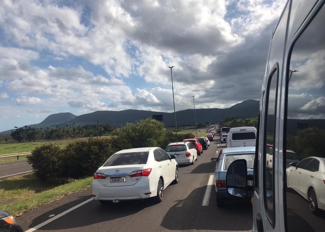 Pouco antes das 17 horas, trânsito parado próximo à Maquiné, na BR 101 (Foto: Matheus de Oliveira)