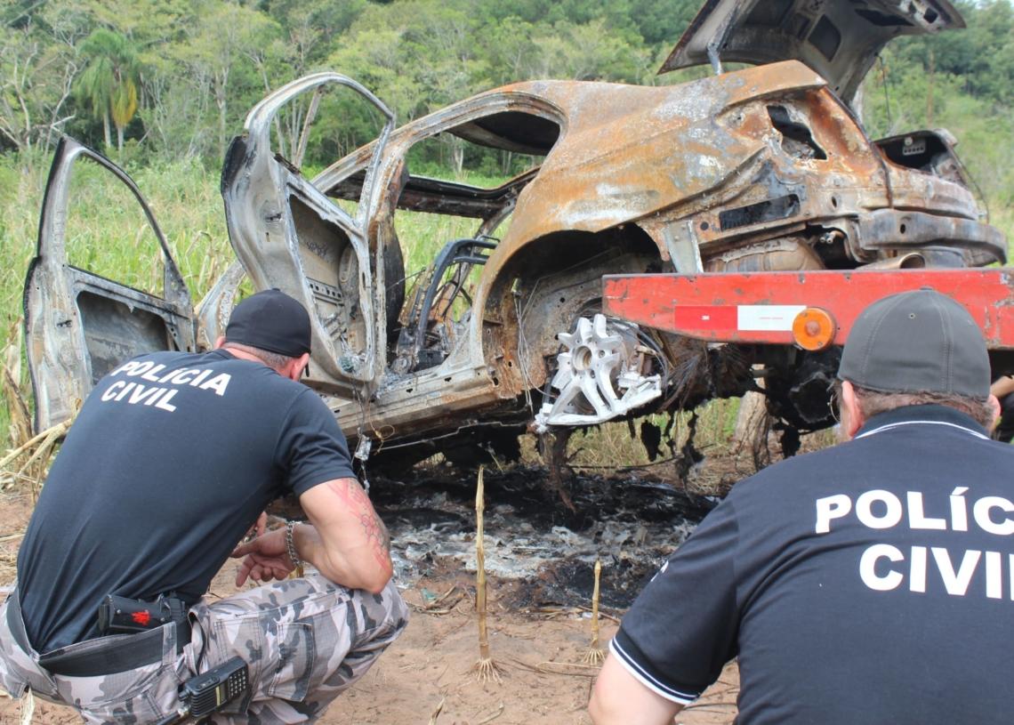 Inicialmente, suspeita era de que corpo da vítima pudesse estar carbonizado junto ao carro. Mas veículo foi somente incendiado e abandonado em Taquara  (Fotos: Melissa Costa)