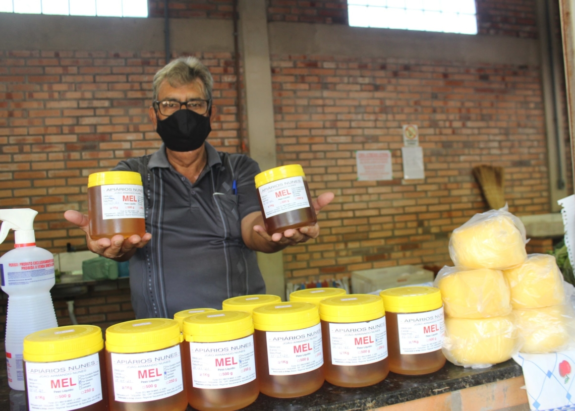 Osmar Torres mostra, orgulhoso, o mel que vende aos clientes - Fotos: Melissa Costa