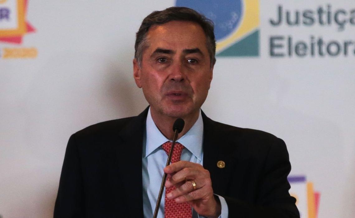 O presidente do Tribunal Superior Eleitoral, ministro Luís Roberto Barroso, participa de entrevista coletiva sobre o segundo turno das eleições municipais 2020