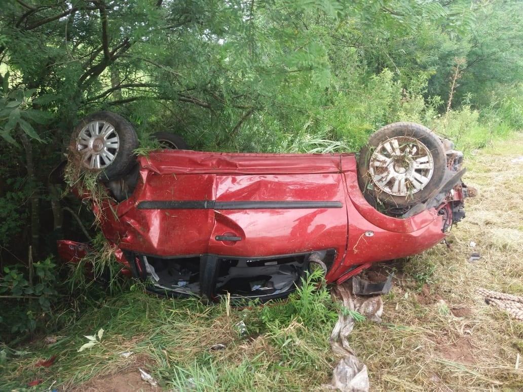 Veículo destruído com o capotamento nesta tarde (Foto: Bombeiros de Nova Hartz)