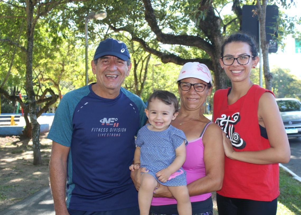 Nicolau Batista com Nara, Alice, Daniel: prática de exercícios em família - Fotos: Melissa Costa