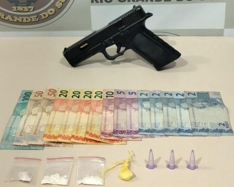 Simulacro de arma de fogo, dinheiro e droga apreendidos (Foto: Brigada Militar)