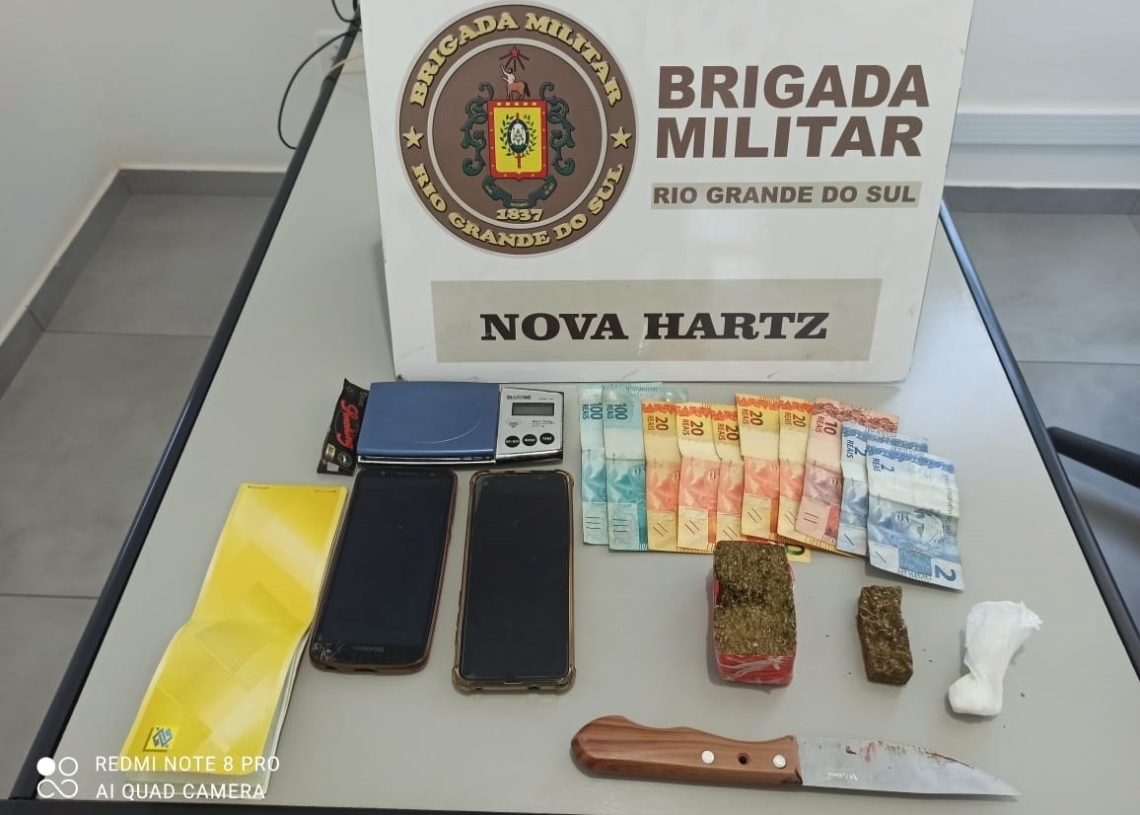 Droga, faca e dinheiro apreendidos (Foto: Brigada Militar)