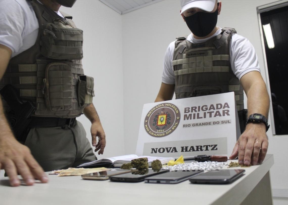 Quase 200 pedras de crack, simulacro e caderno utilizado para a contabilidade  do tráfico (Foto: Melissa Costa)