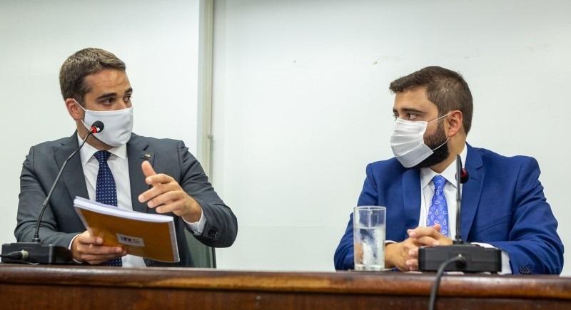Leite entregou para o deputado Souza a agenda legislativa do Executivo para o início de 2021 - Foto: Gustavo Mansur/Palácio Piratini