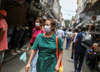 People walk around the Saara street market, amid the outbreak of the coronavirus disease (COVID-19), in Rio de Janeiro, Brazil November 19, 2020. Picture taken November 19, 2020. REUTERS/Pilar Olivares