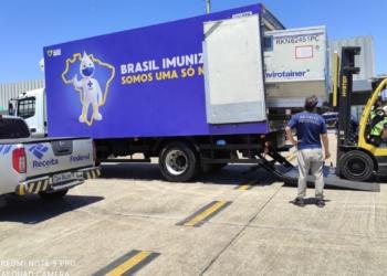 Avião com 2 milhões de doses prontas da vacina de Oxford/AstraZeneca chegou ao Aeroporto do Galeão/RJ na manhã esta terça-feira (23).