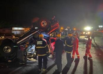 Bombeiros da região atuando no socorro deste grave acidente (Foto: Felipe Laux)