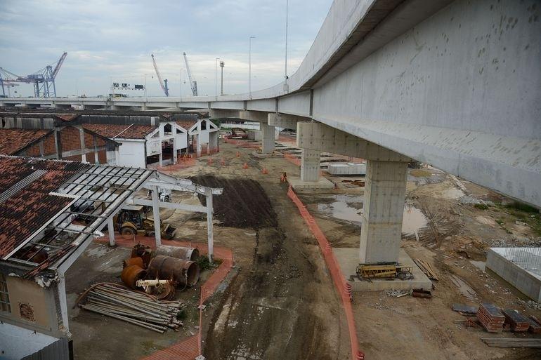 Canteiro de obras da alça de ligação da Ponte Rio-Niterói com a Linha Vermelha.