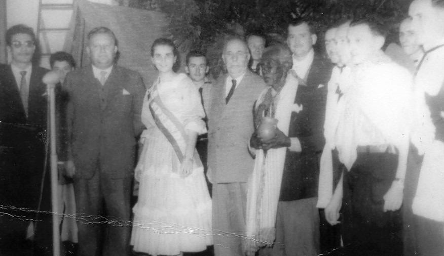 Teresinha, no ano de 1959, com o primeiro prefeito de Sapiranga, o Sr. Edwin Kuwer (esquerda), com o governador do Estado, o Sr. Ildo Meneghetti, e com Pai João.