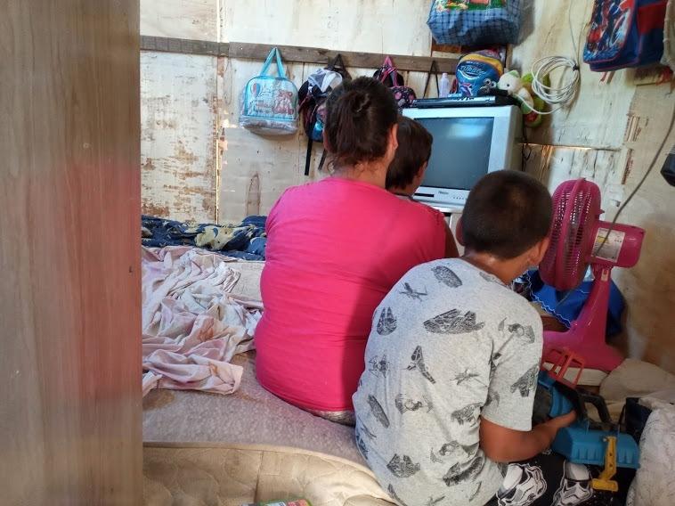 Uma das famílias acampadas no local, há cerca de 20 dias, é de Ana Paula Costa Conceição, com dois filhos  (Foto: Melissa Costa)