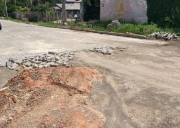 Obra pela metade e materiais deteriorando na rua Egon Theno Pilger, no bairro Da Canoa - Foto: Reprodução