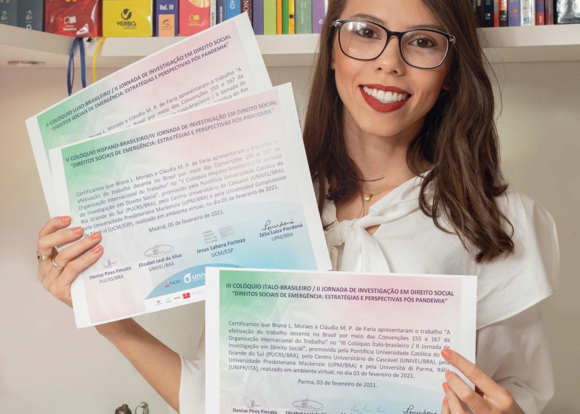 Bruna exibe os certificados do evento - Foto: Arquivo pessoal