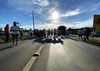 Protesto bloqueou o tráfego de veículos nos dois sentidos, de forma intercalada, durante alguns minutos - Foto: Júnior Ribeiro