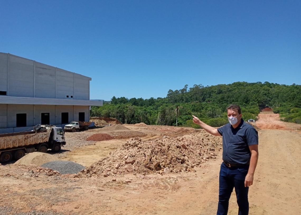 Prefeito Luciano  Orsi mostra obras no novo acesso que ligará a rua João  Lampert à Av. Carlos Strassburger Filho (Foto: Melissa Costa)