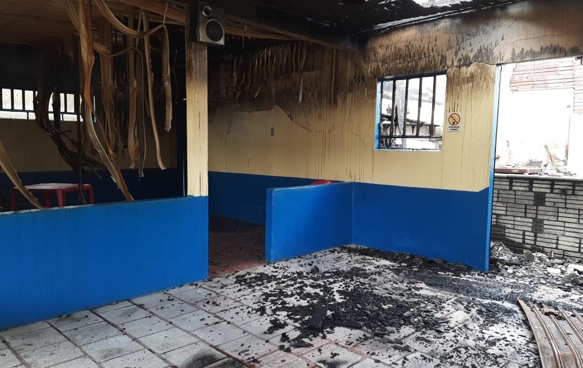 Incêndio destruiu residência da vítima (Foto: Deivis Luz)