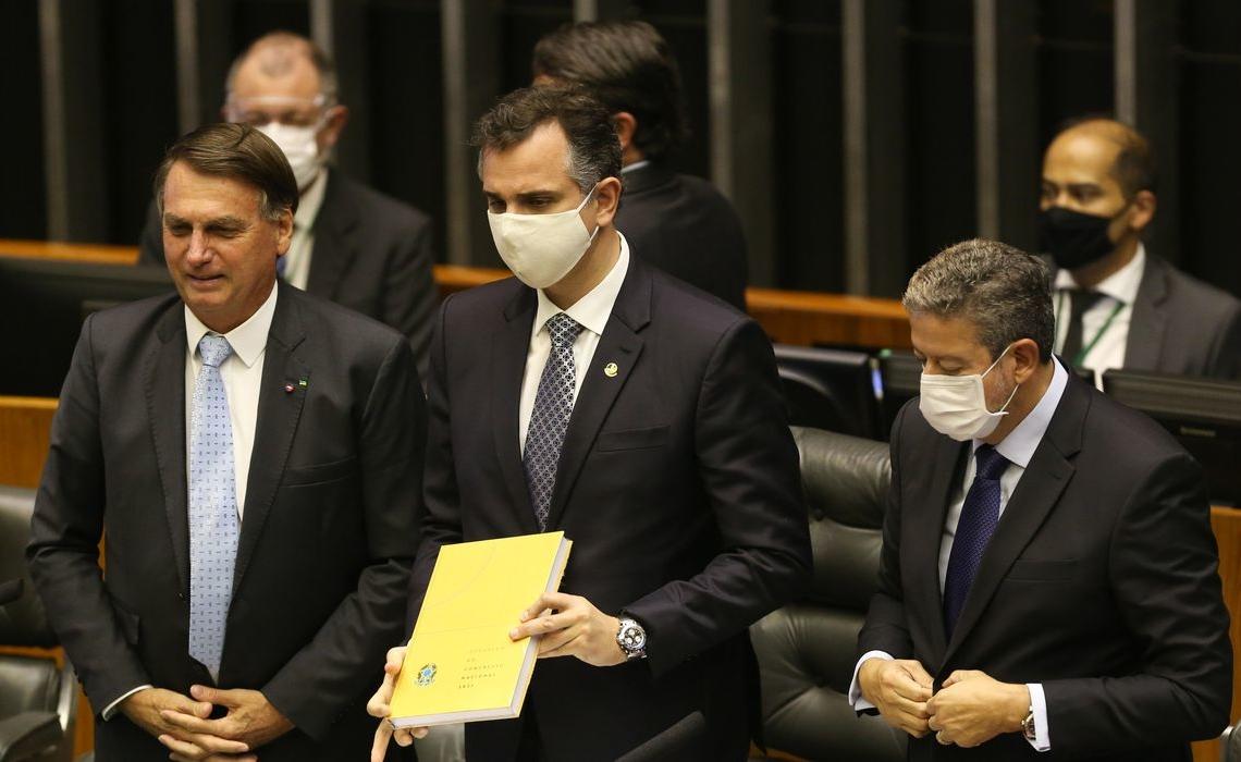Presidente Jair Bolsonaro entreg mensagem presidencial ao presidente do Congresso, Rodrigo Pacheco, ao lado do  presidente da Camara, Arthur Lira, durante sessão de abertura do ano legislativo