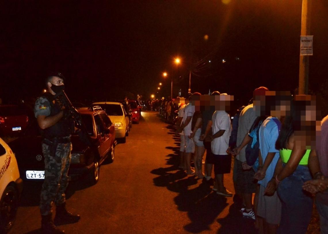 Mais de 500 pessoas foram flagradas e revistadas na grande operação montada pelos órgãos de segurança  Foto: Melissa Costa